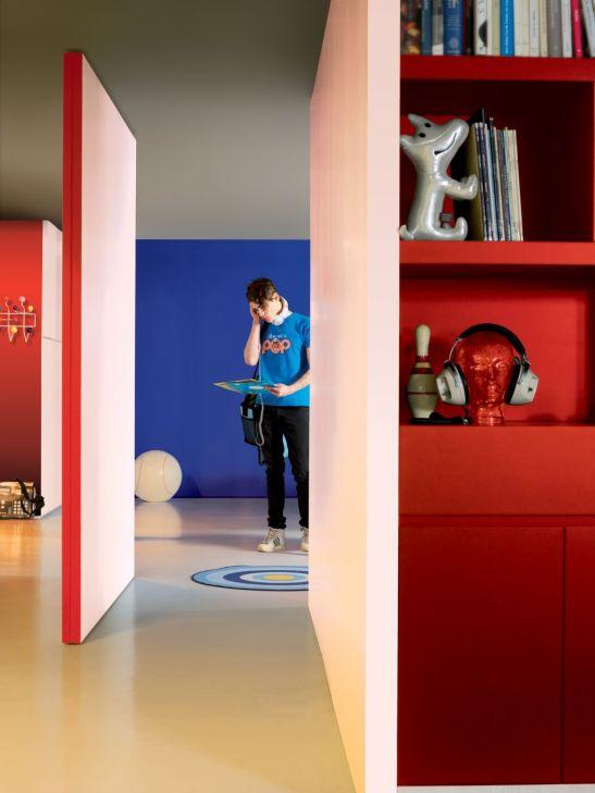 Zone de rosu intr-un ambient tineresc contrast cu albastru Zone de rosu ca accente de culoare in living Foto Copyright © Akzo Nobel