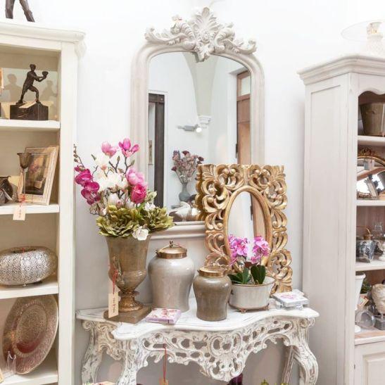 Oglinda vintage din lemn gri 50 cm pret 564,90 lei, oglinda cu rama baroca aurie pret 844,00 lei de la Chic Ville