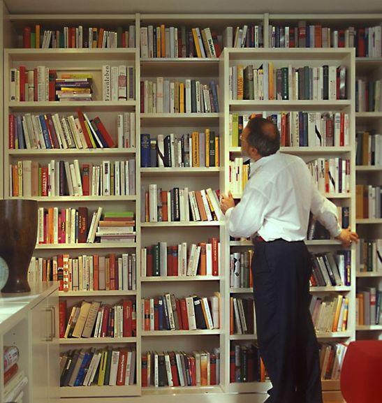 Biblioteca cu rafturi culisante. Solutie prezentata de Schöner Wohnen, producator mobila Paschen
