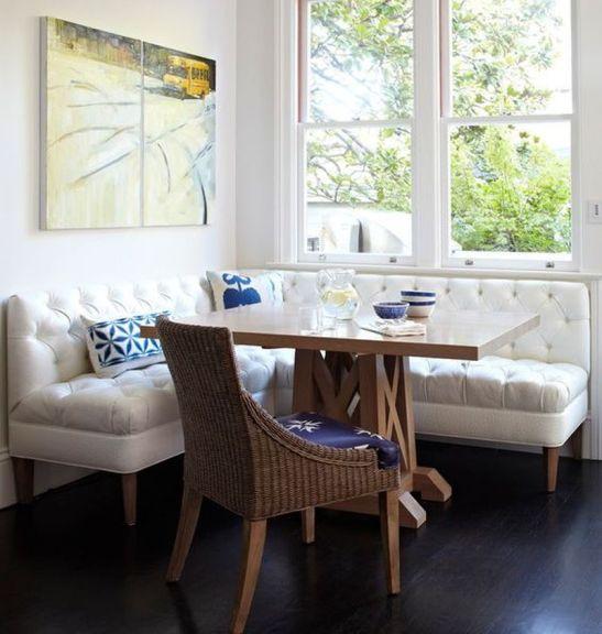 Un model de coltar comod si confortabil, cu sezutul lat si spatarul pana in glaful ferestrei. Sursa foto aici