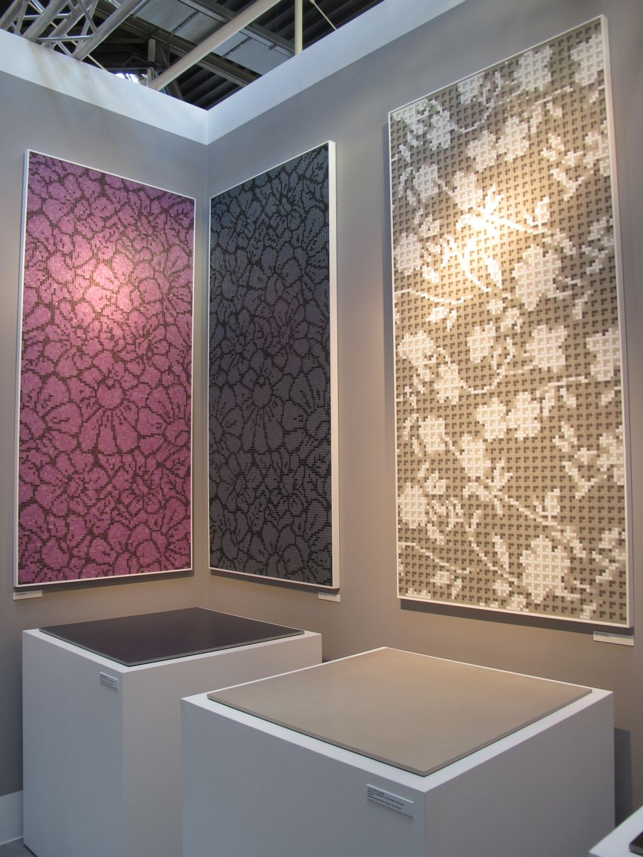 Pe expozitoare sunt asezate placile ceramice simpe create Acromi si Origini