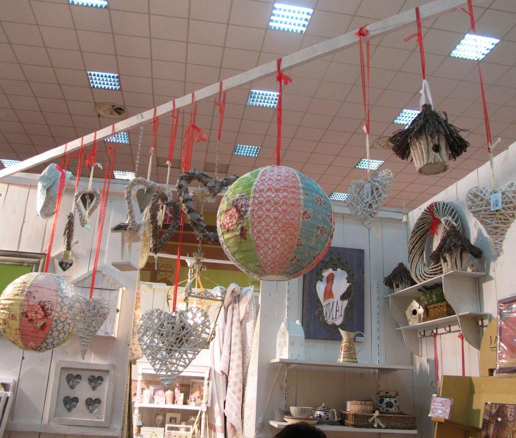 Lampioane decorative pret 102 lei cele rotunde. la interior poate fi gazduit cu fir cu bec simplu.