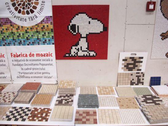 Diferite modele de mozaic expuse in fabrica