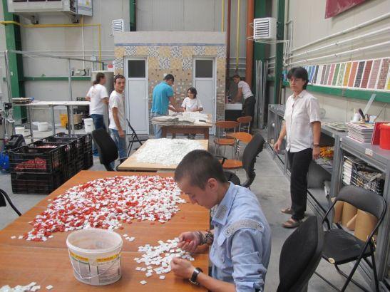 Doamna din dreapta este Simona Carobene administratorul firmei, care este foarte implicata alaturi de echipa de oameni tineri care munceste aici la Fabrica de Mozaic