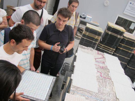 Cristi, care lucreaza in Fabrica de Mozaic, ne-a explicat noua jurnalistilor cum se aplica plasa de sustinere pentru piesele mozaicului