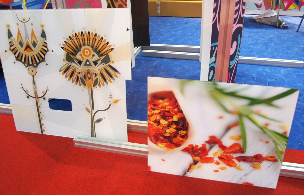 Sticla imprimata direct (stanga) si sticla cu folie imprimata si aplicata (dreapta)