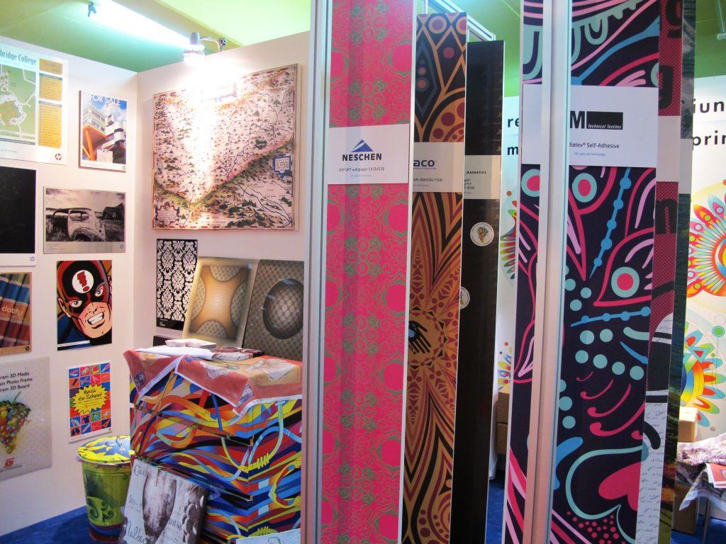 Tapete textile si tapete din hartie personalizate cu modele create de artisti si designeri
