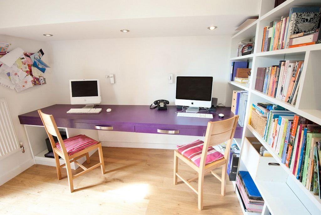 Cand te confrunti cu un loc mic, fa ca iaic o masa de birou minimalista, fara picioare si cu sertar lat. Spatiul de depozitare il creeziin lateral. Sursa foto AICI