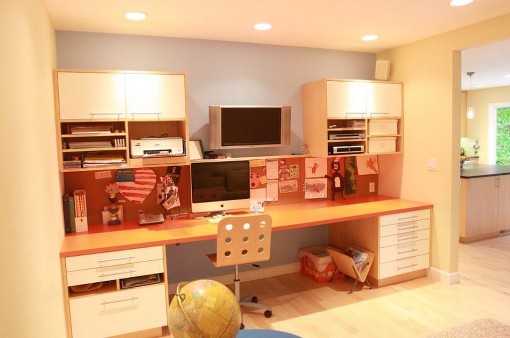 Daca nu ai loc de birouri in camera copiilor, le poti face un spatiu de studiu in living. Sursa foto AICI