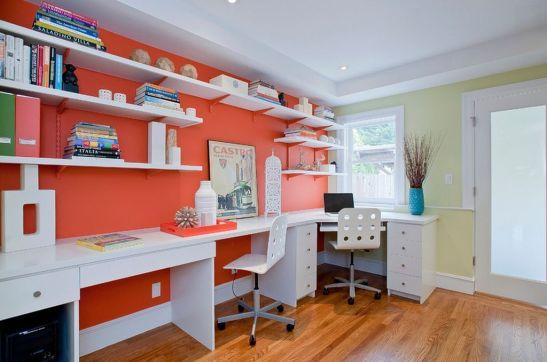 Daca ai cum sa folosesti un perete intreg, il poti exploata si pentru a crea trei locuri de studiu. perfect pentru tripleti sau trei frati de varste diferite. Sursa foto AICI
