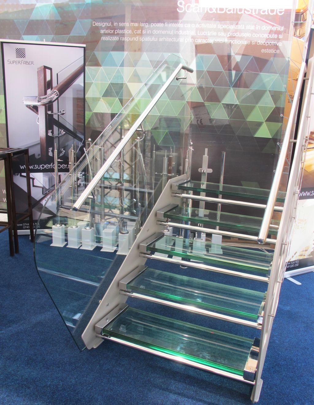 Scara cu trepte din sticla si mostre de balustrade proiectate de cei doi arhitecti