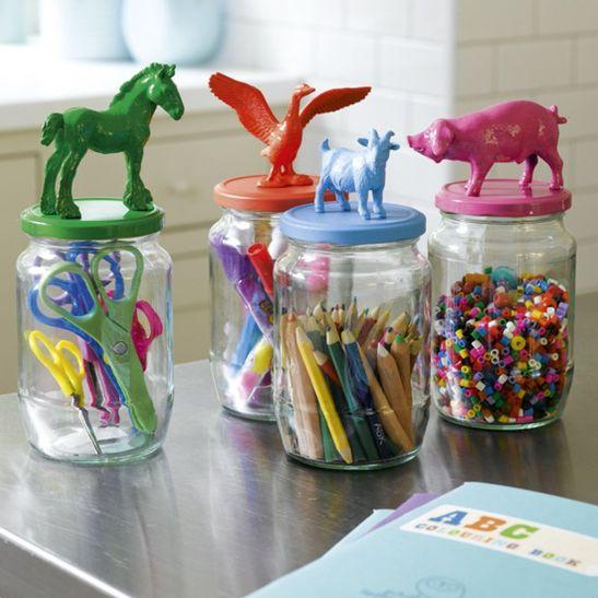 Borcane decorate cu jucarii din plastic