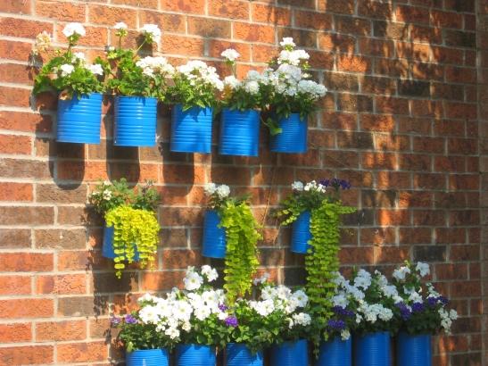 Cutii din metal refolosite pentru flori Foto Magda Wojtyra via flickr