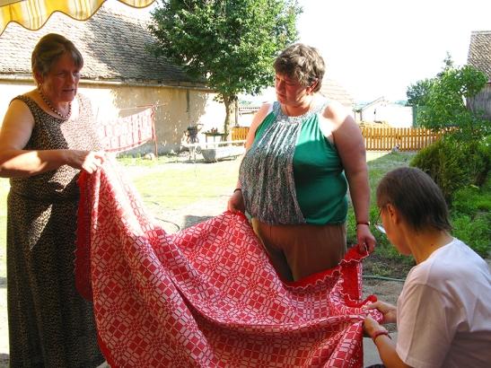 Cine ce mai stie sa faca traditional? Iata o intrebare pusa de cei de la Tataia in satele din Sibiu