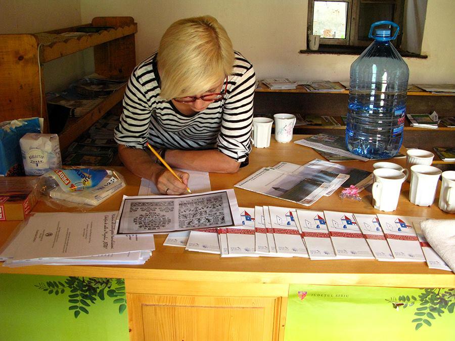 Designerul Agnes Lukacs in plin proces de creatie