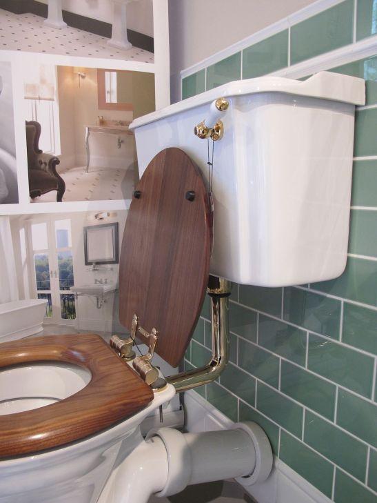 Vas wc marca Imperial. De remarcat sistemul de tevi si rezervorul de apa din portelan