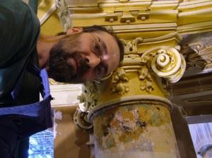 Adrian Dumitru la restaurarea unor elemente de stuck marmura