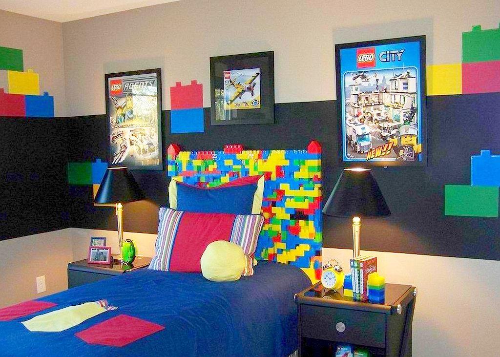Capatai de pat din piese tip lego creat de Anita Roll Murals