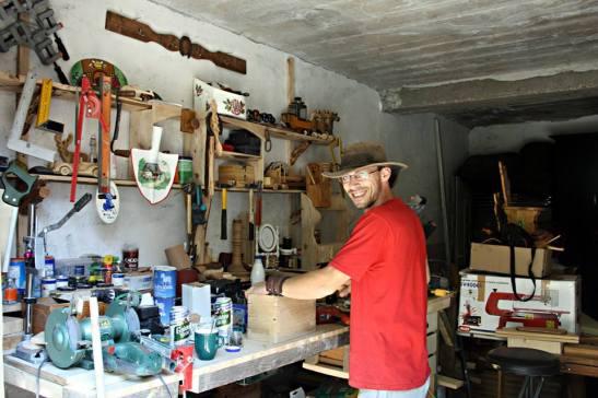 Bogdan Țipu in atelierul de la Buburuza Vesela