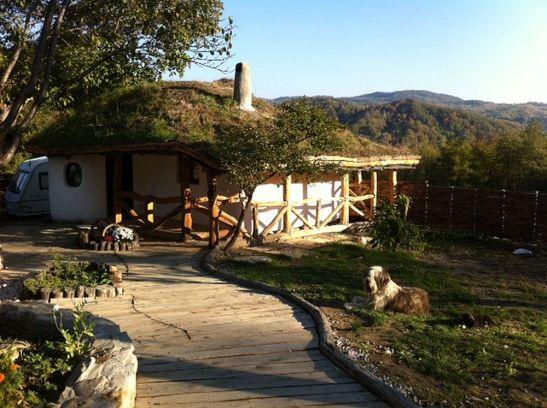 Casa mica de 60 mp cu acoperis de pamant si iarba