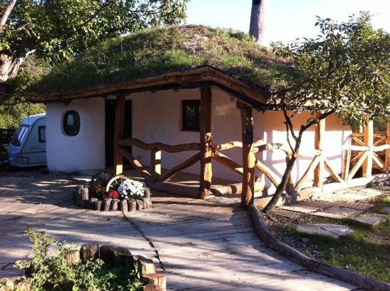 adelaparvu.com despre casa bordei Olanesti casda mica fatada flori