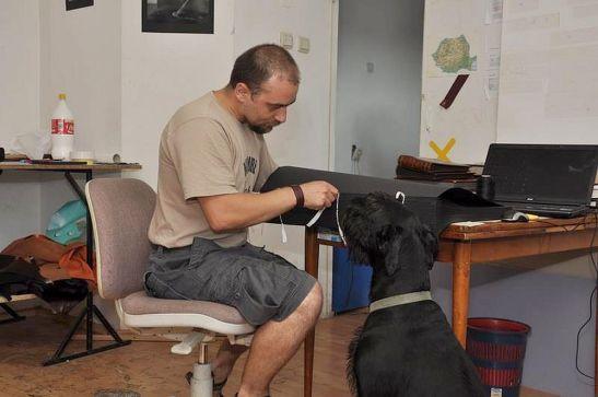 Dragos Man in atelier alaturi de cainele sau Igor